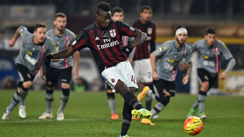TURIN, ITALY - JANUARY 26:  Mario Balotelli of AC Milan scores the opening goal from the penalty spot during the TIM Cup match between US Alessandria and AC Milan at Olimpico Stadium on January 26, 2016 in Turin, Italy.  (Photo by Valerio Pennicino/Getty Images)